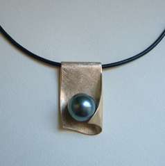 Gold and Tahiti pearl pendant